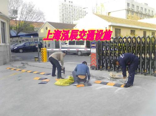 橡胶减速带安装 校区门口减速带 上海厂家施工减速带 减速带低价格